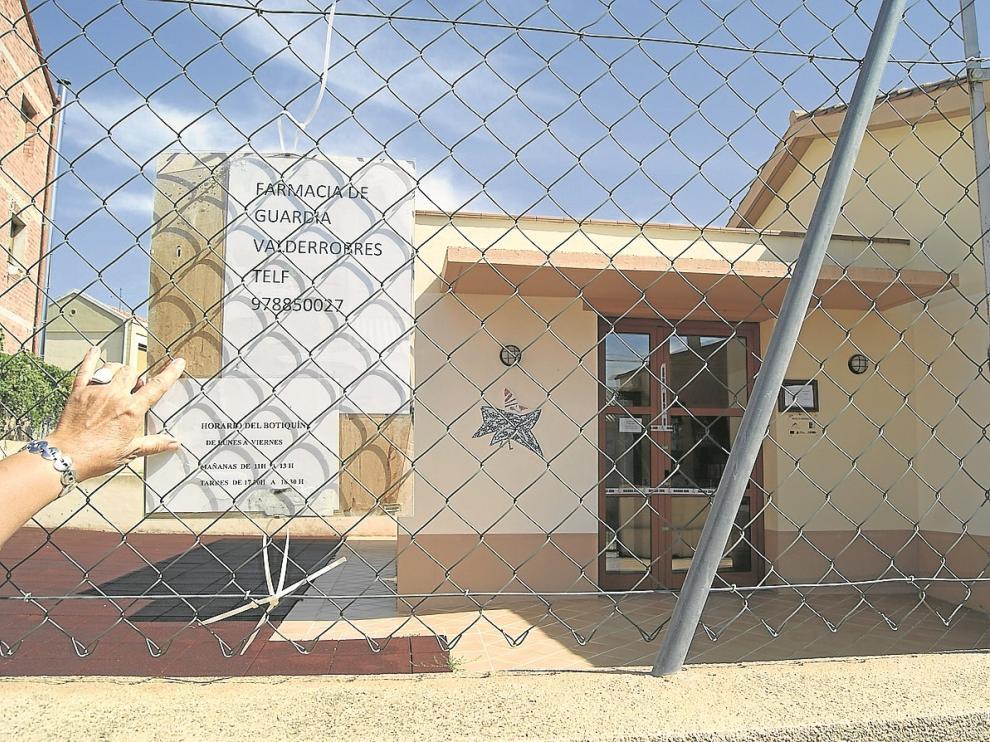 La farmacia de Fuentespalda –en la foto– fue precintada, pero ya funciona con normalidad.