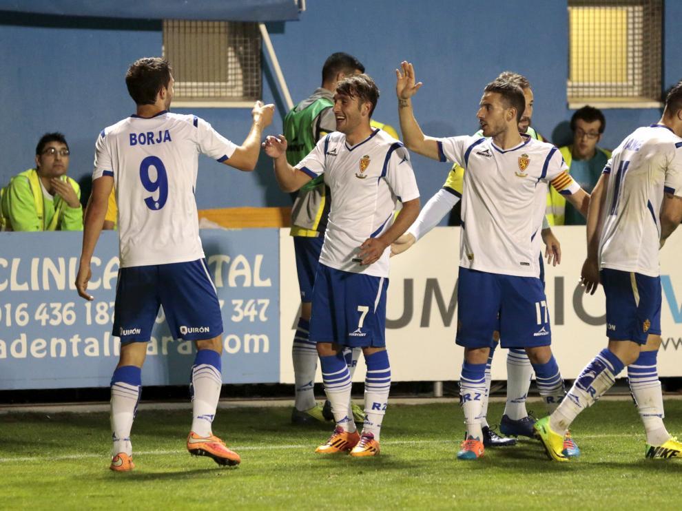 Los jugadores festejan un gol en el partido ante el Alcorcón
