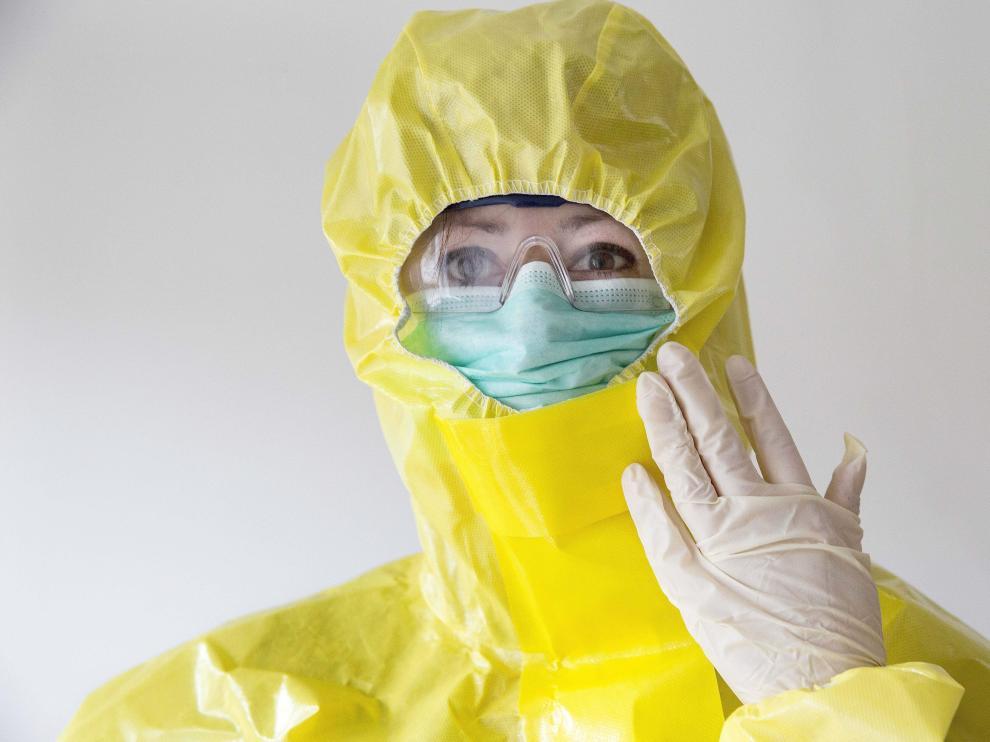 Una sanitaria equipada con el traje de protección individual (EPI) frente al ébola en Sierra Leona.