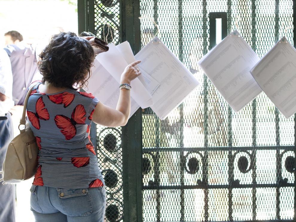 Una mujer consulta el censo, en las municipales de 2011