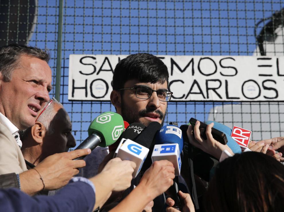 El médico interno residente (MIR) Javier Solano, uno de los facultativos que atendieron a Teresa Romero, abandona el Carlos III.