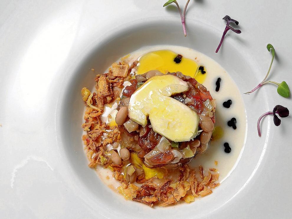 Tartar de boletus con alubias blancas y ajoblanco