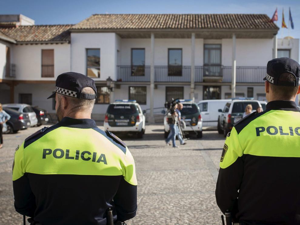 Dos policías vigilan el Ayuntamiento de Valdemoro