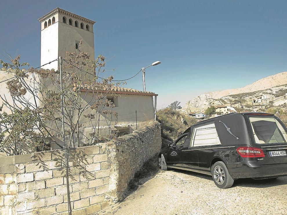 El coche fúnebre salía ayer del pueblo por las tortuosas calles de Maluenda.