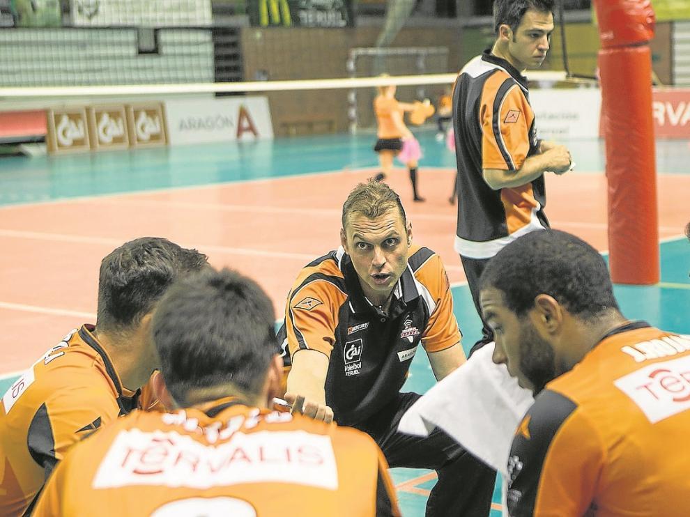 Carlos Carreño da instrucciones a sus jugadores en un partido de Los Planos.
