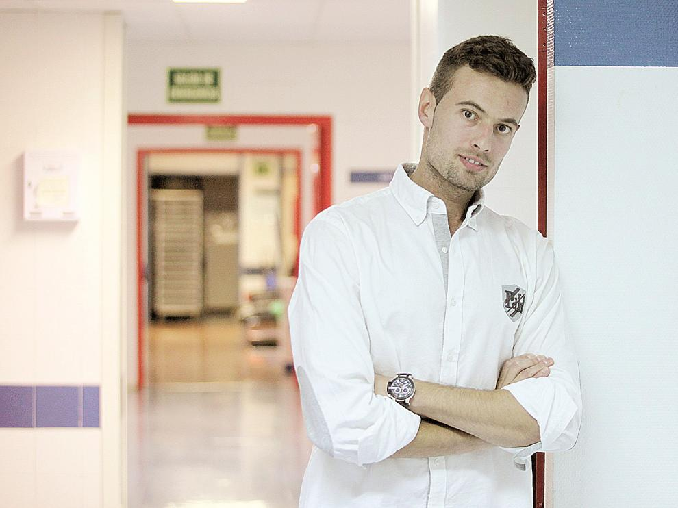 Guillermo Pérez posa en el interior el hospital San Jorge de Huesca donde es anestesista.
