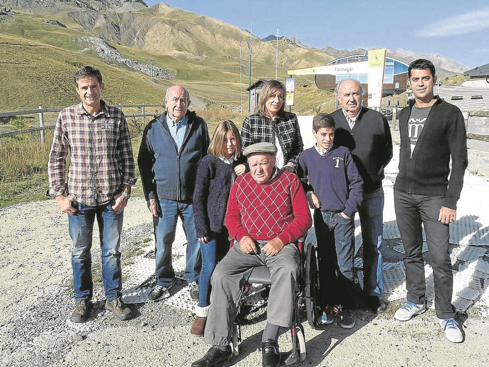 De izquierda a derecha, Antonio Gericó, Federico Laguna, Alejandra del Valle, Raquel Val, José Val (Lorentón), Gonzalo del Valle, José María Abós (exdirector) y Armando Périz, ayer en la estación.