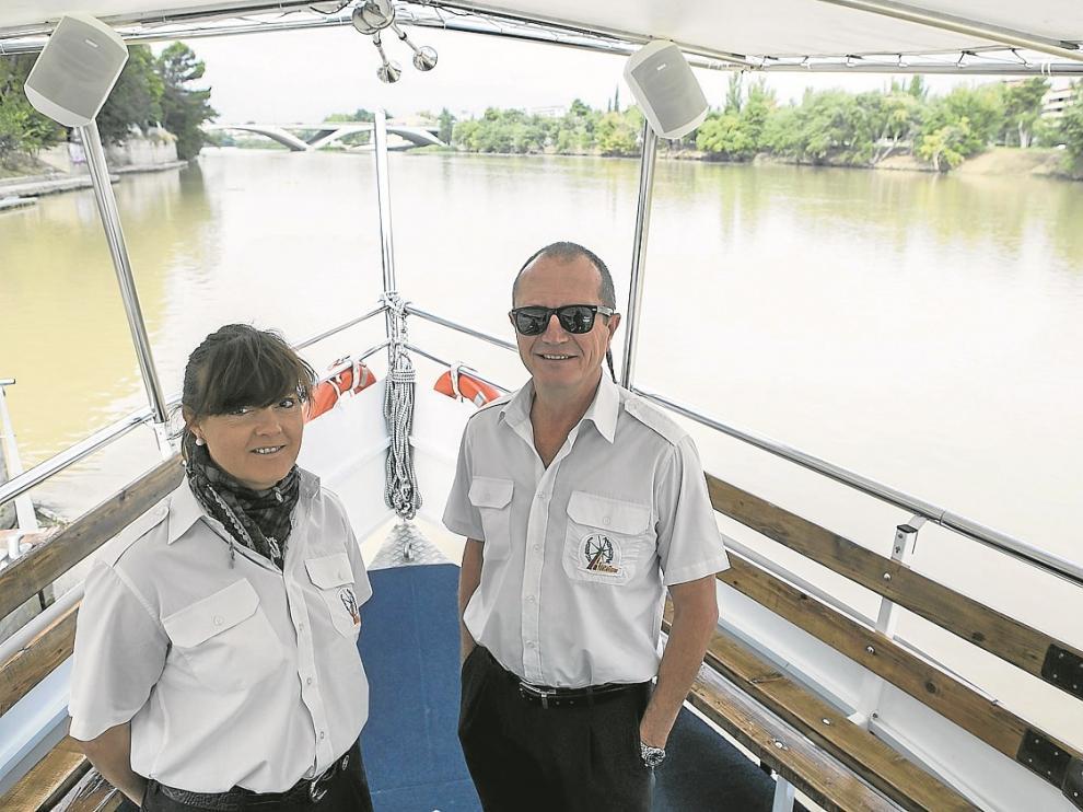 Julio Jiménez, patrón del barco, y Juani Sánchez, su ayudante.