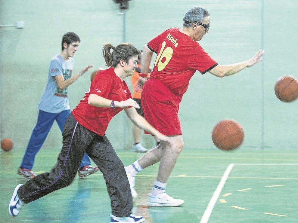 Un grupo de 15 personas participan los martes y los jueves en las actividades de baloncesto que organiza la Fundación Ser Más en el pabellón de la Fundación San Valero.
