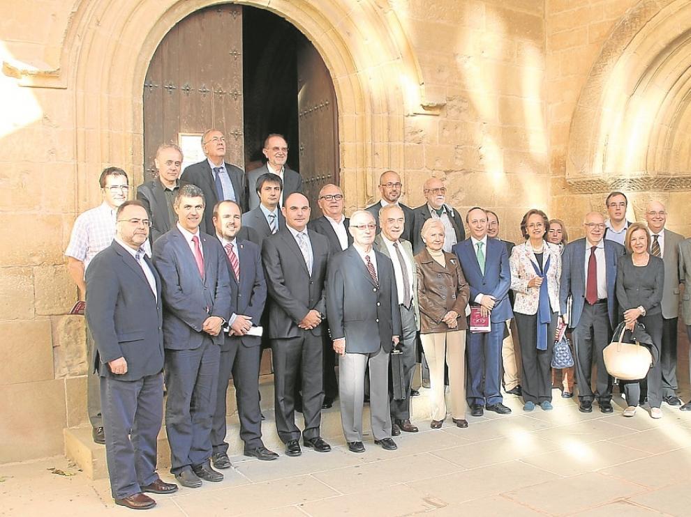 Los expertos de distintos campos y los representantes institucionales que participan en los Foros de la Concordia posan en el castillo de Alcañiz, escenario de los debates y también del acuerdo entre los territorios de la Corona de Aragón