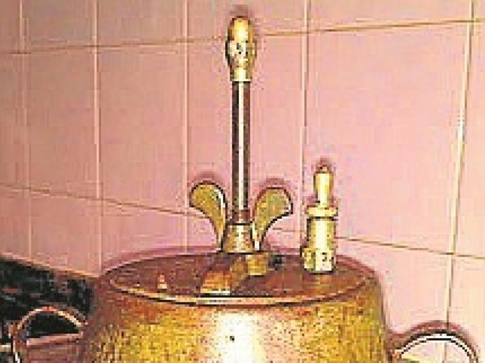 La olla fabricada por Camilo Bellvis Calatayud y José Montesano Cervelló, capataces de la empresa metalúrgica Álix.