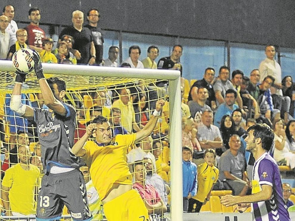 David Rodríguez intenta el remate ante el portero del Valladolid.