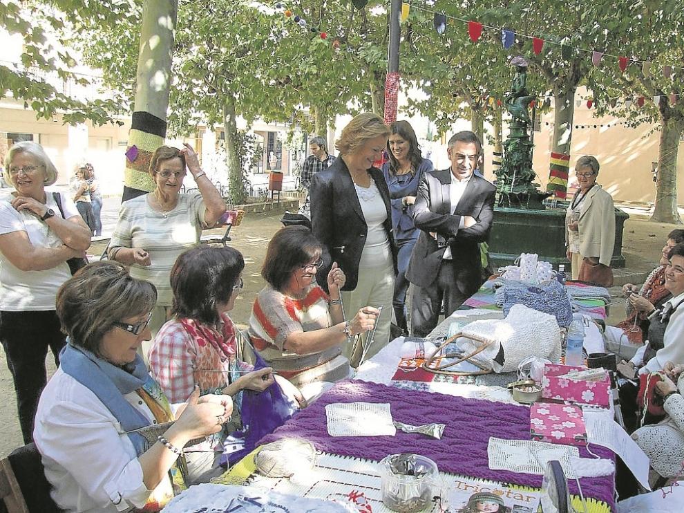 Rudi se acercó al parque de San Francisco, donde una asociación de mujeres exhibía labores de punto en el programa 'Arte en la calle', acompañada del alcalde de Tarazona, Luis María Beamonte.