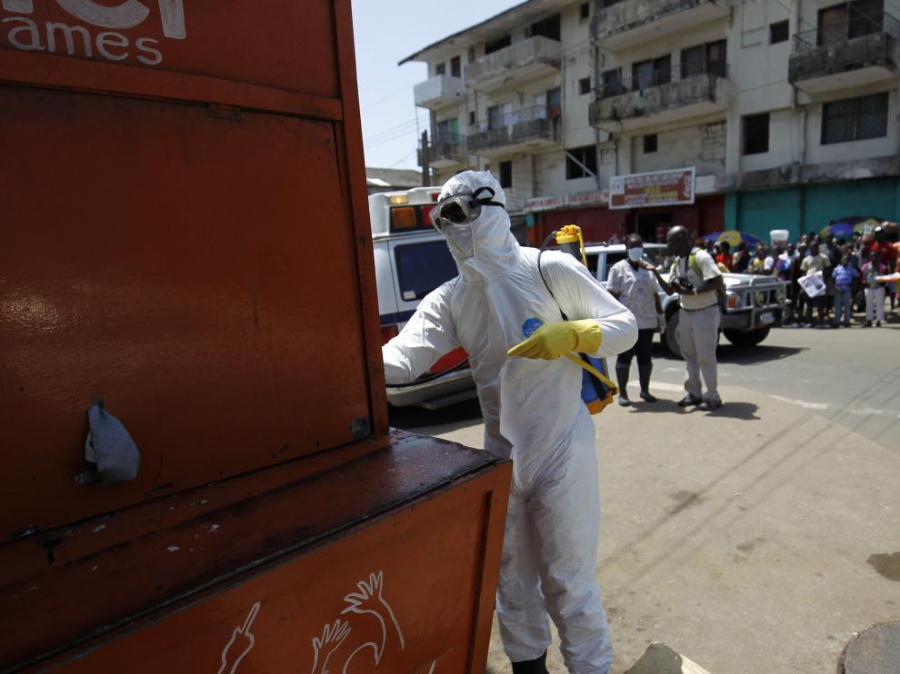 Las autoridades recogen en Monrovia a un posible hombre contagiado de ébola para ser trasladado en ambulancia.