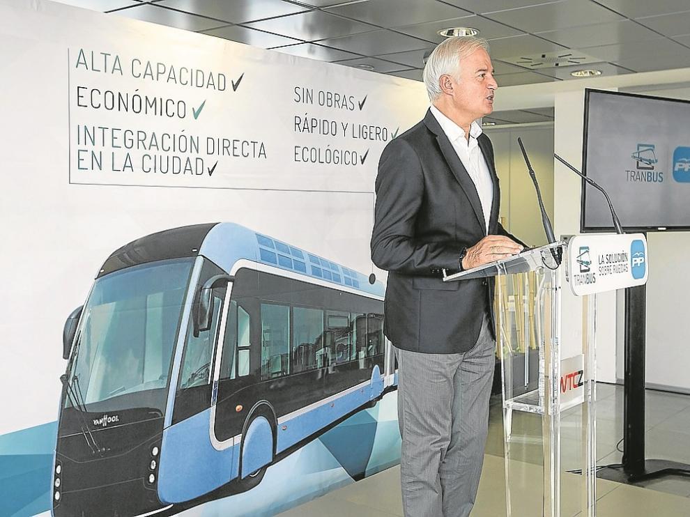 El portavoz del PP en el Ayuntamiento, Eloy Suárez, ayer, en la presentación de su propuesta.