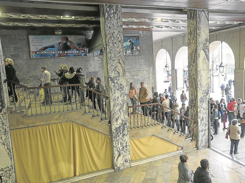Filas a la entrada de los cines Palafox de Zaragoza en la pasada Fiesta del Cine, a finales de marzo de este año.