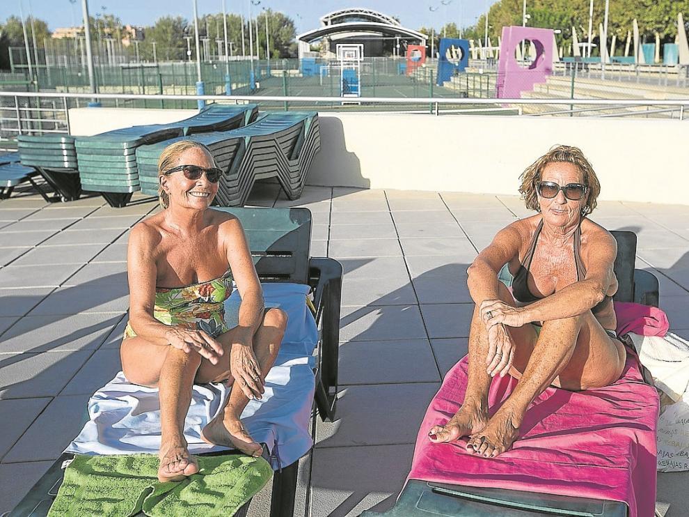 Dos mujeres tomaban el sol el sábado al mediodía en el centro deportivo Alberto Maestro.