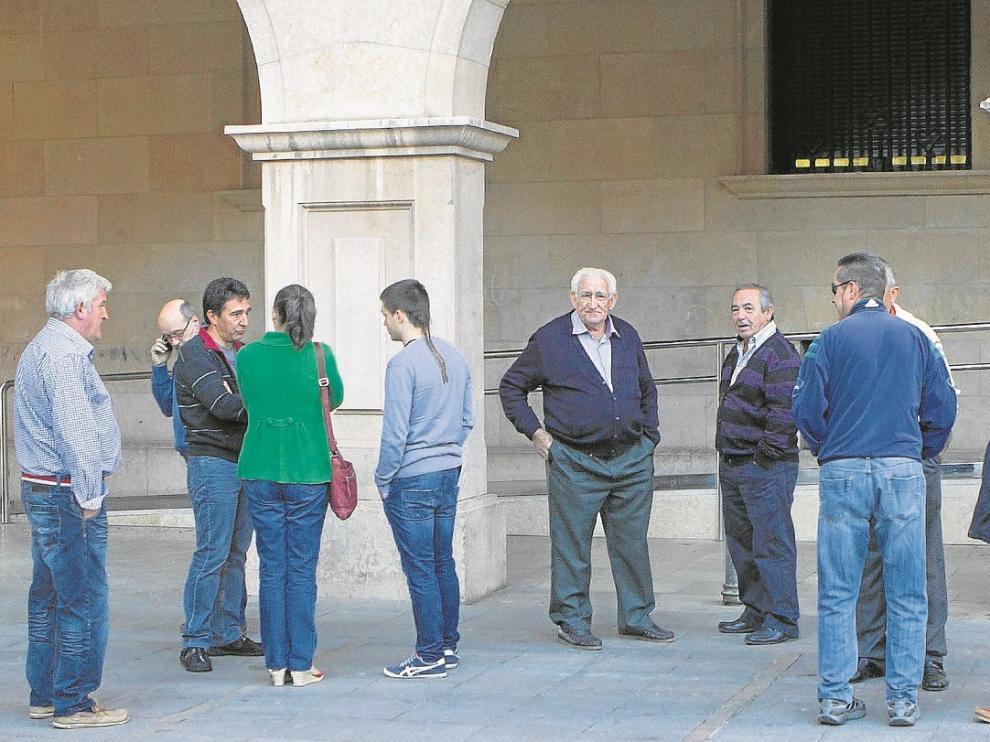Algunos de los vecinos que arroparon al concejal de Sarrión juzgado ayer.