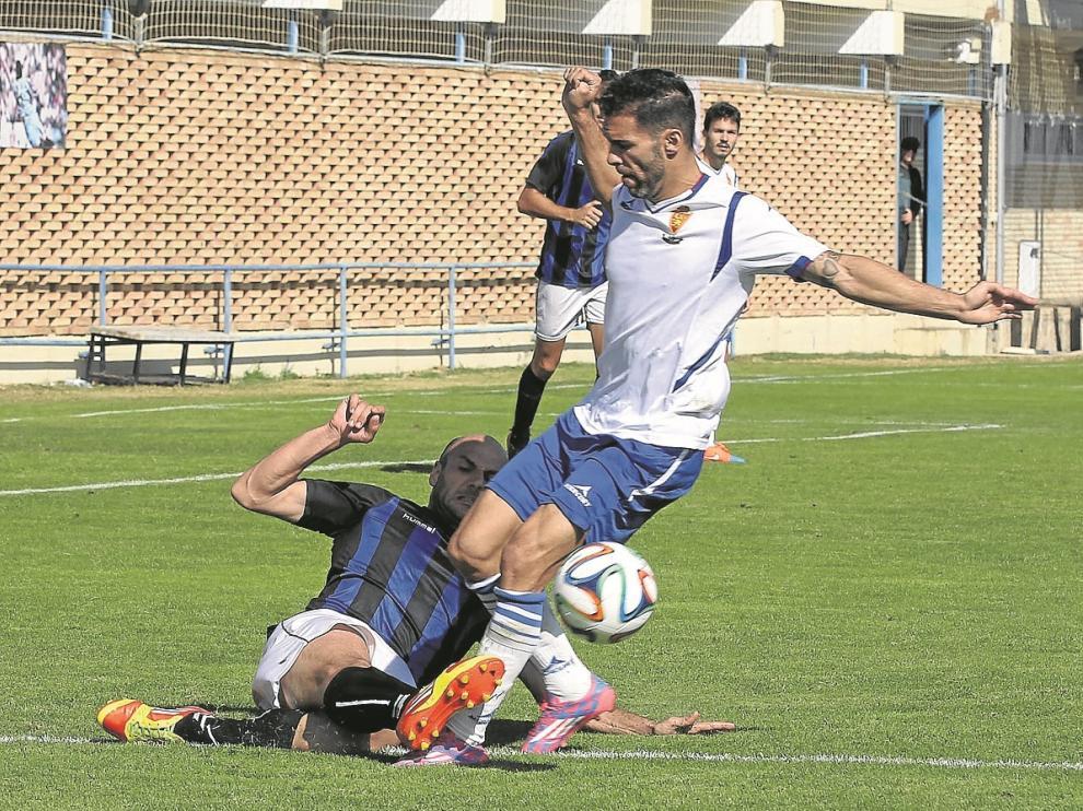 Nacho Lafita, el jugador más incisivo del choque, intenta suparar a un adversario.