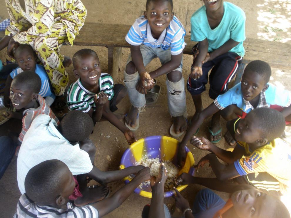 La muerte de una niña de dos años contagiada de ébola en Mali ha influido en las costumbres de la población.