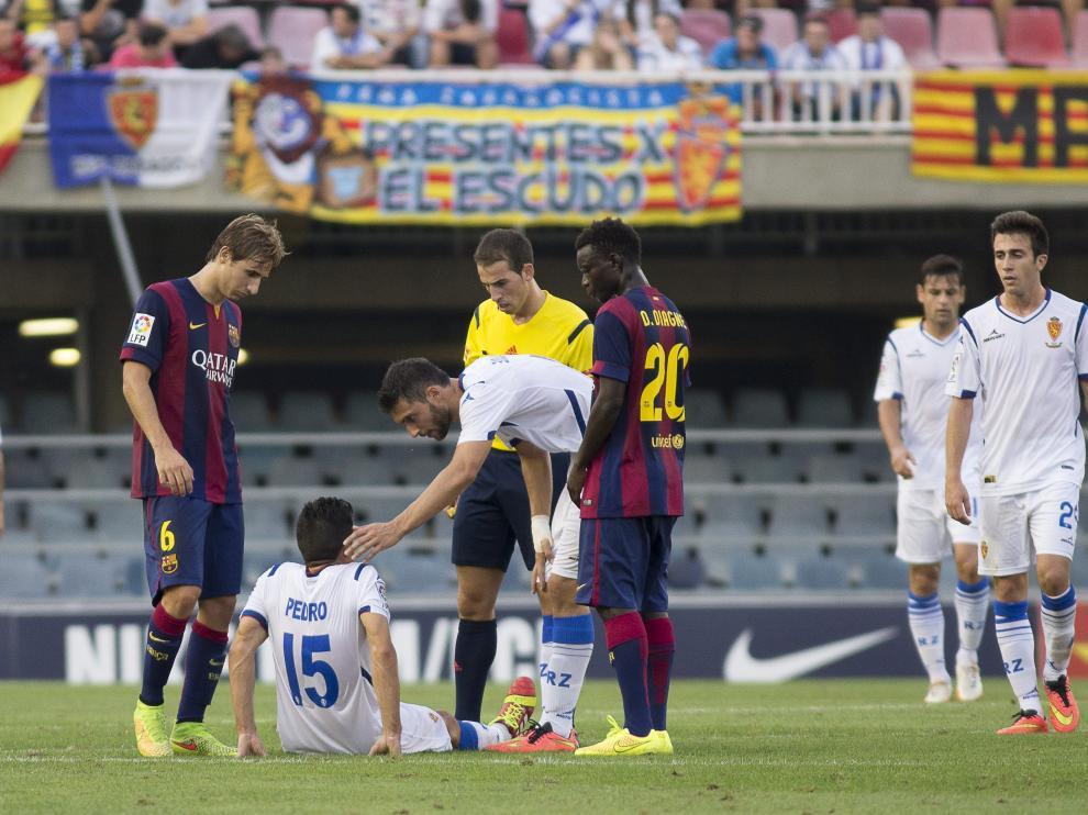 Pedro, tendido en el Mini Estadi tras lesionarse