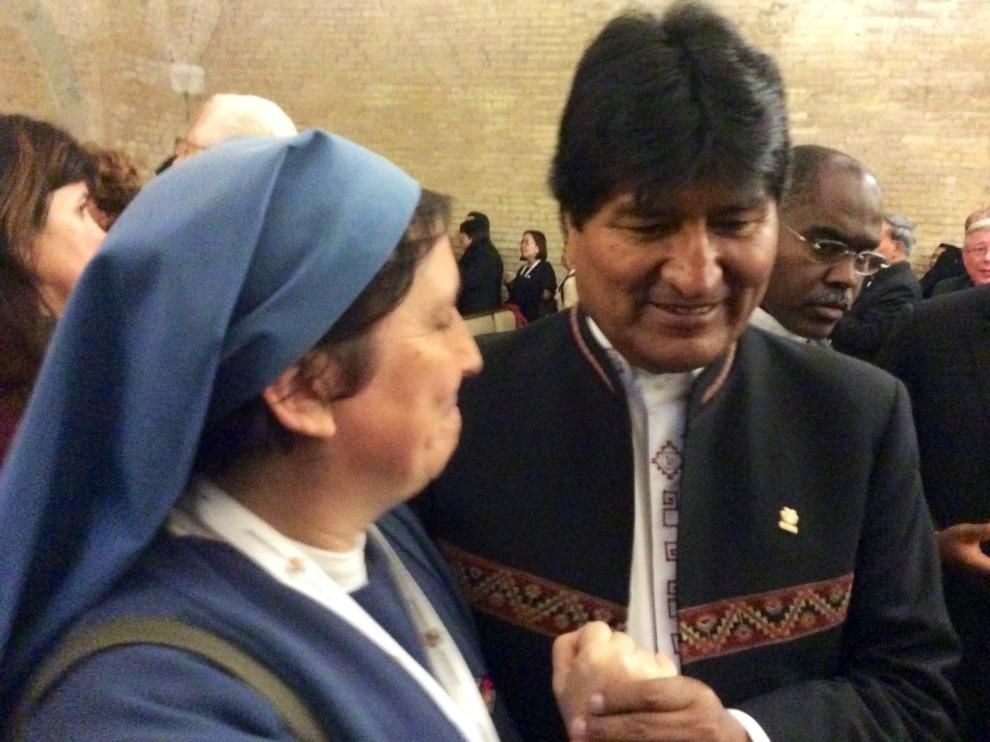 El presidente boliviano, Evo Morales (d), saluda a una monja antes de reunirse con el papa Francisco
