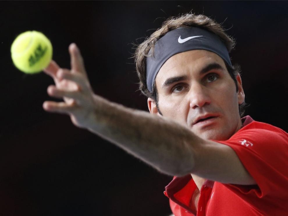 Federer se prepara para sacar en su partido contra Jeremy Chardy.