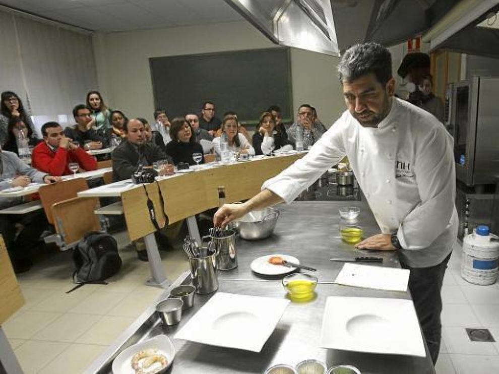Paco Roncero en un taller en la Escuela de Hostelería de Huesca