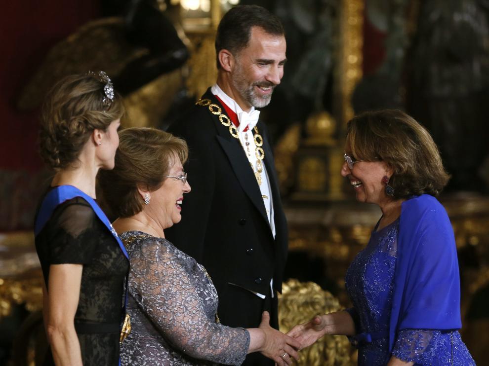 Los reyes Felipe y Letizia junto a la presidenta de Chile, Michelle Bachelet, saludan a la secretaria general iberoamericana, Rebeca Grynspan.