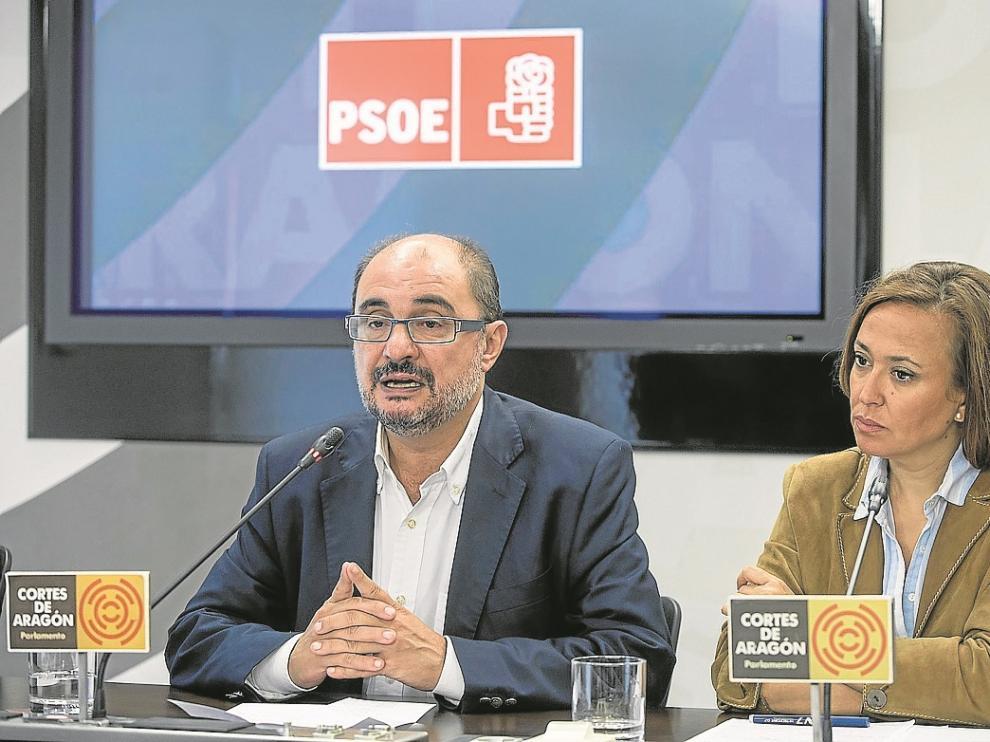 Javier Lambán y Mayte Pérez, ayer durante la rueda de prensa en las Cortes.