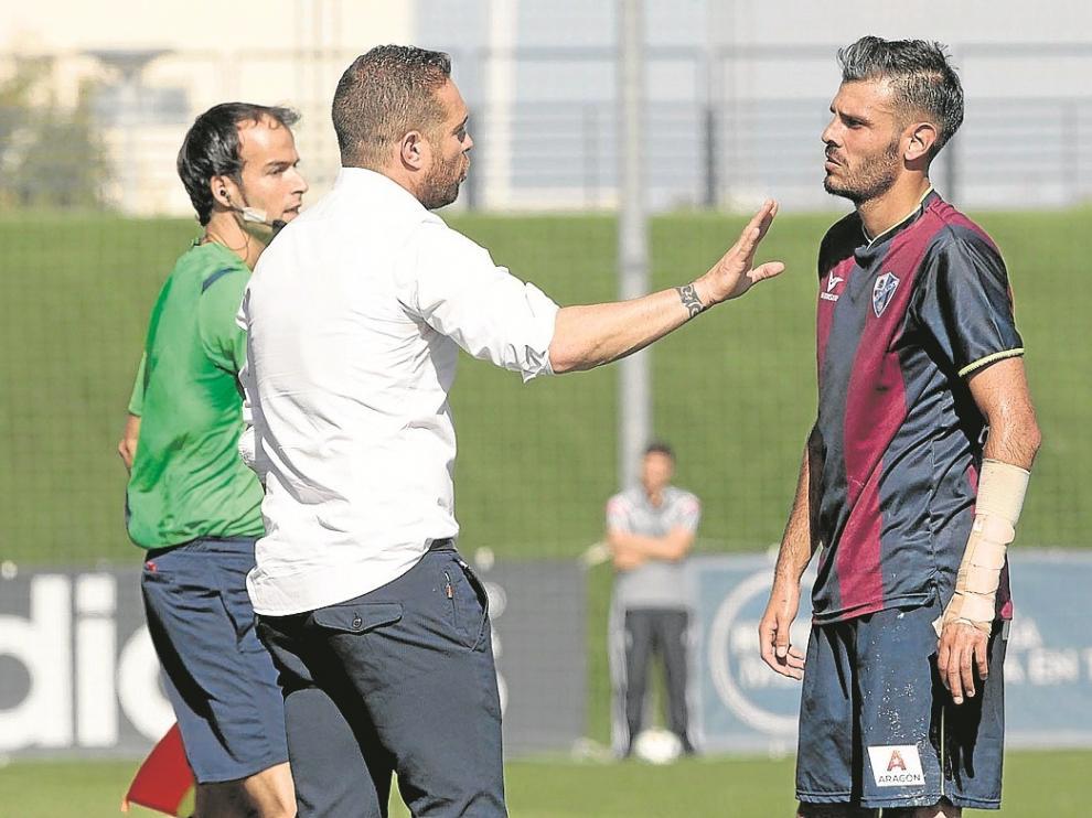 Tevenet habla con Tyronne durante el partido con el Real Madrid Castilla.