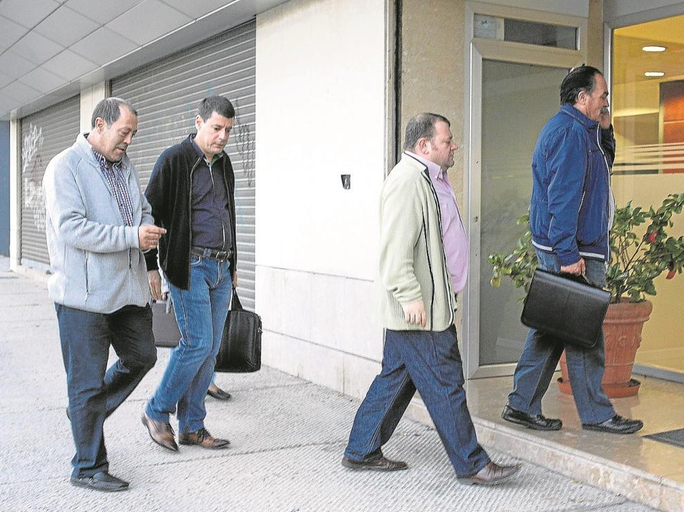 Los miembros del comité de empresa del Real Zaragoza entrando en las oficinas del club, en la tarde de ayer.