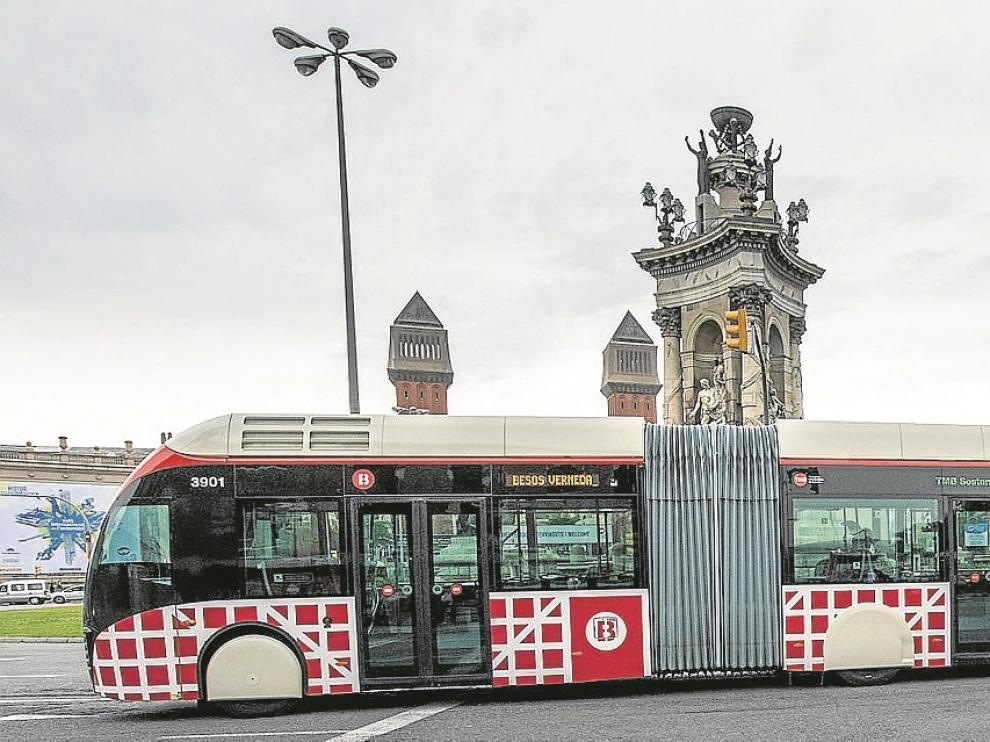 Uno de los autobuses biarticulados que circulan por Barcelona, a su paso por la plaza de España.