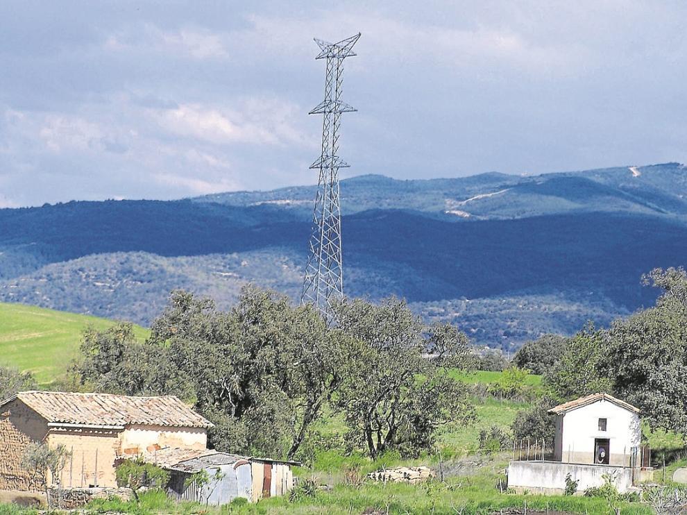 Las antiguas pilonas. Las torretas de las antiguas líneas ya descartadas Aragón-Cazaril y Graus-Sallent siguen colocadas. De esta última, una torre colocada a escasos metros de Pueyo de Marguillén.