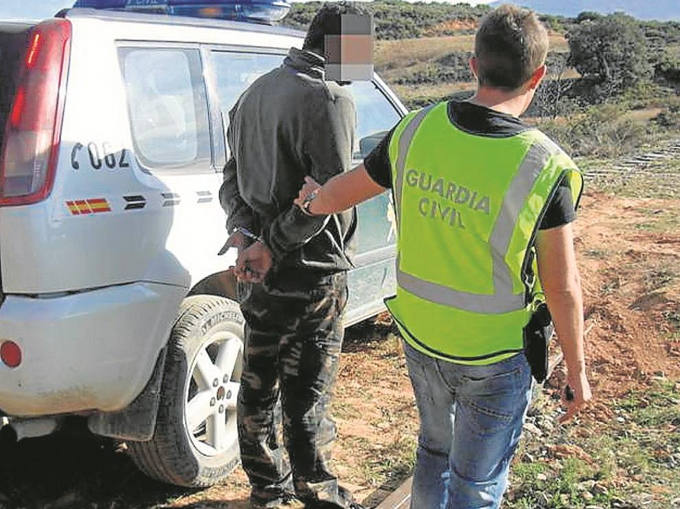 Uno de los detenidos por la Guardia Civil de Tarazona, junto a la vía férrea desmantelada.