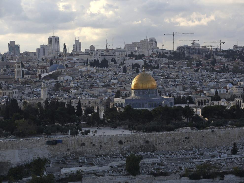 Vista de la Cúpula de la Roca (c) en la explanada de las mezquitas desde el Monte de los Olivos en Jerusalén