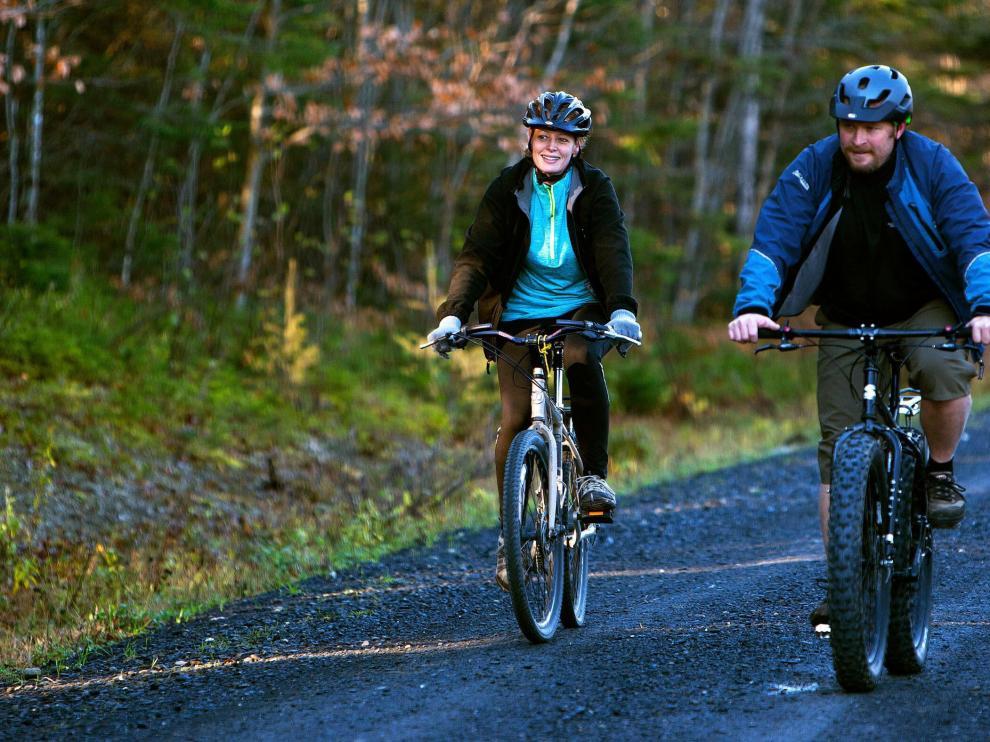 Paseo en bicicleta de una enfermera y su novio