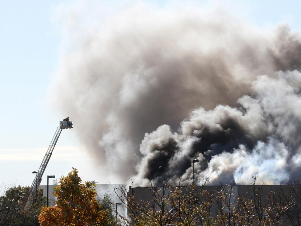 Al menos cuatro muertos al estrellarse un avión contra un edificio en Kansas