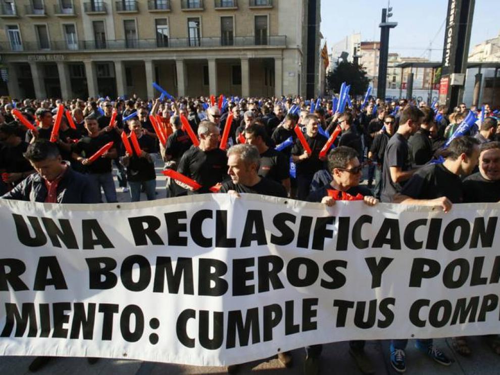 Protesta de Policía Local y Bomberos ante el Ayuntamiento de Zaragoza