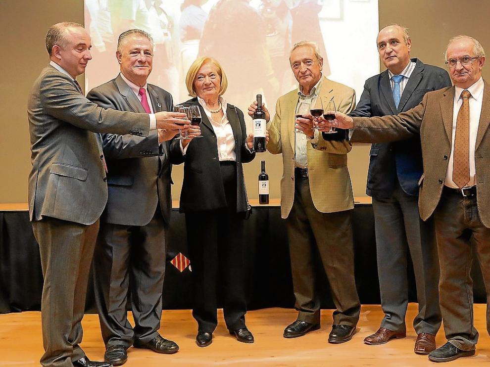 Arrizabalaga, Soto, Bustinza, Armisén, Callizo y Juste, brindando con el Vino de la Amistad