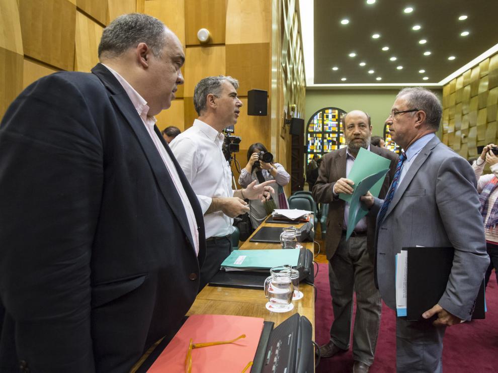Fernando Gimeno habla con los representantes del resto de grupos