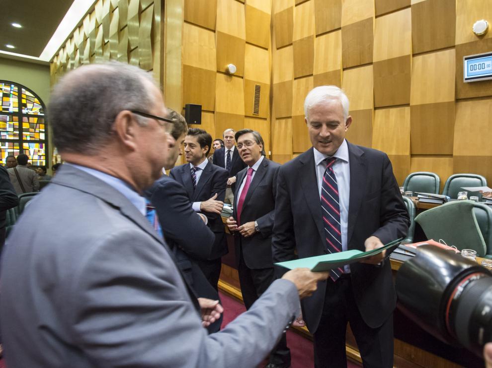 Gimeno le entrega los presupuestos a Eloy Suárez