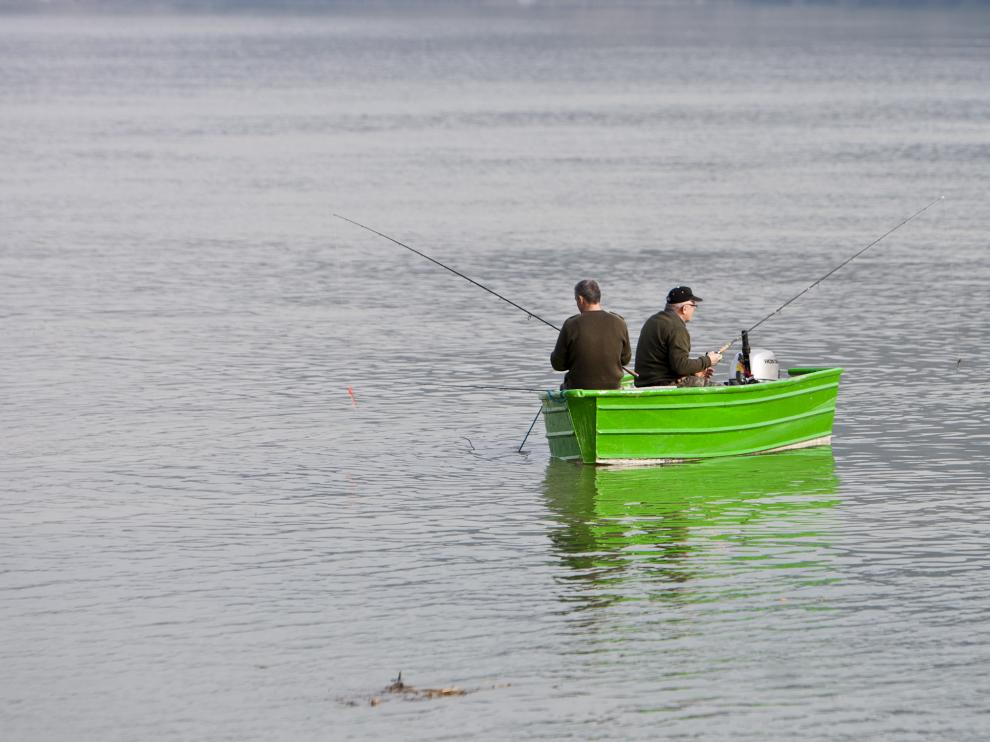 Dos pescadores, en el embalse de Mequinenza