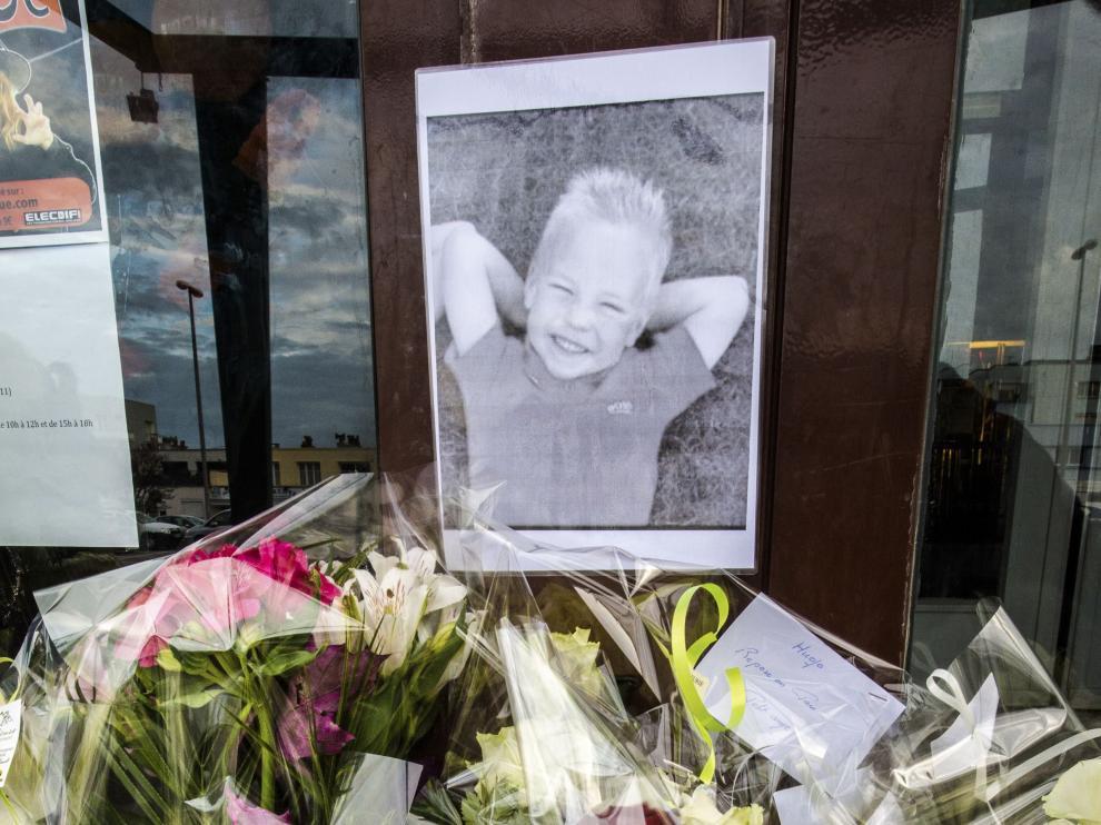 El retrato del niño fallecido y flores a la entrada del estadio de Dunkerque