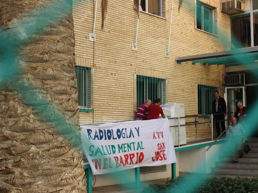 Protesta en el centro de salud Pablo Remacha en San José por el traslado del mamógrafo al Miguel Servet, en octubre de 2013.