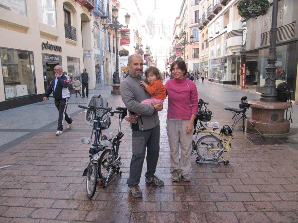 Diego, Diana y Jara, con sus bicis en la calle Alfonso