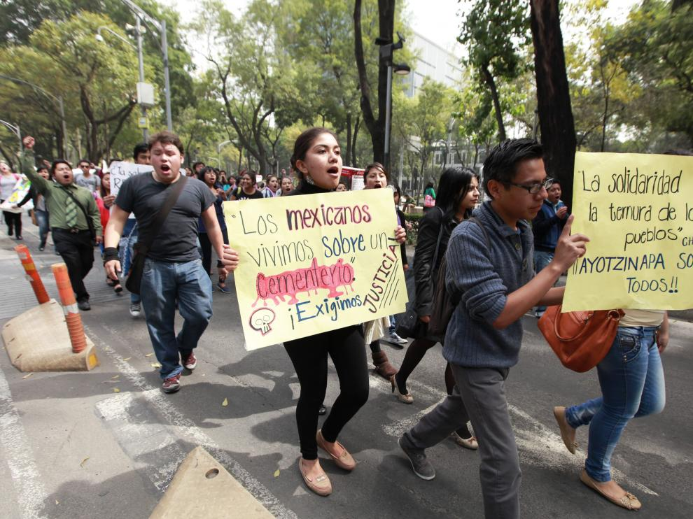Los jóvenes apoyan a los padres de familia de los 43 estudiantes desaparecidos en Guerrero