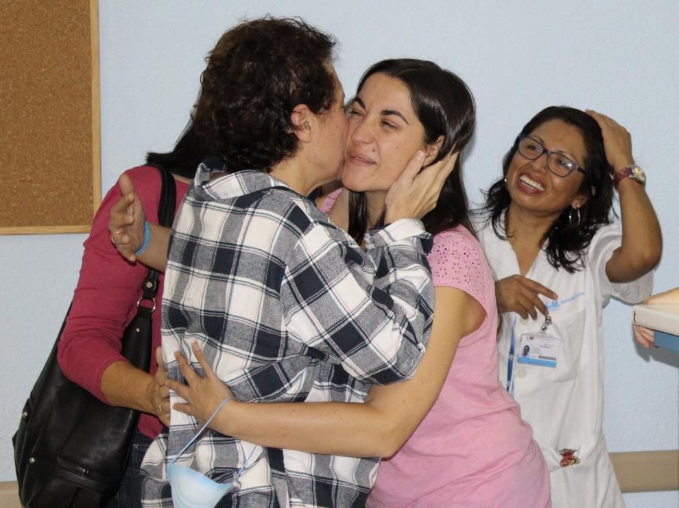 La auxiliar de enfermería Teresa Romero es recibida en planta por sus compañeros.