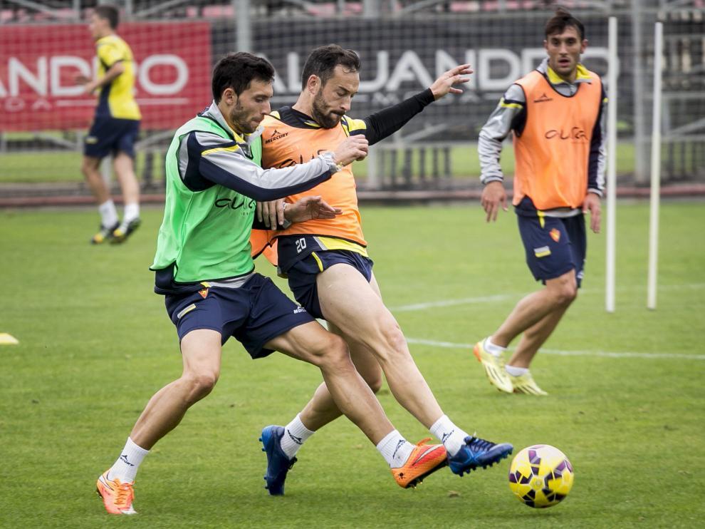 Borja Bastón y Tato pelean por el balón