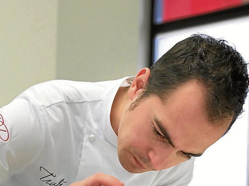 Rubén Pertusa, preparando el plato de la receta.